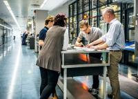 Éles váltás a munkahelyeken - kocsmákba, bárokba is költöztek irodák