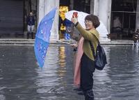 Az elárasztott Velencében szelfiznek a turisták (videó)